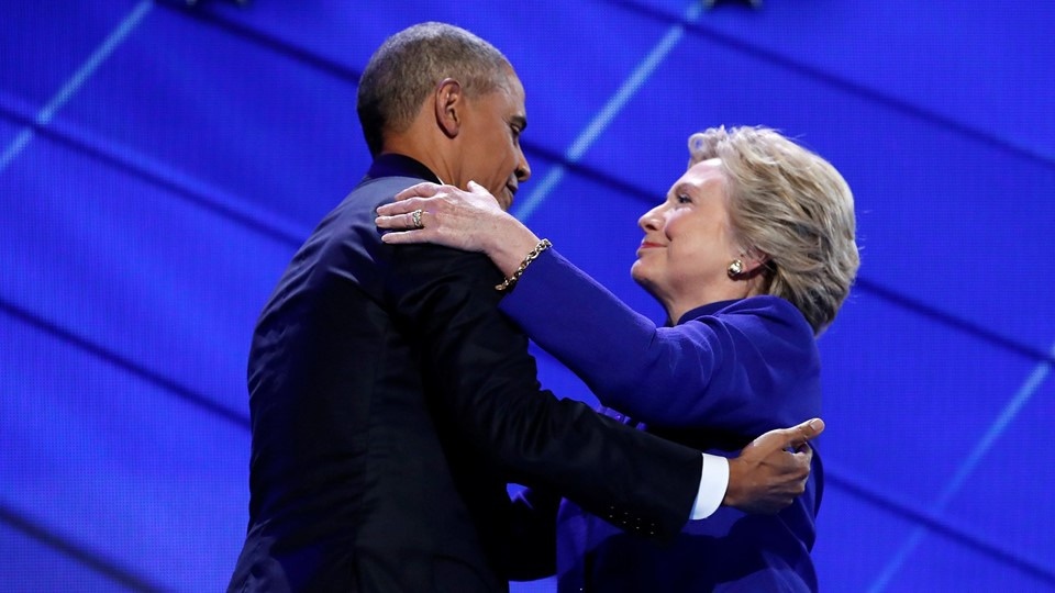 Democratic presidential nominee Clinton greets U.S. President Obama as she arrives onstage at the end of his speech on the third night of the 2016 Democratic National Convention in Philadelphia, Barack Obama Foto: Reuters/Jim Young