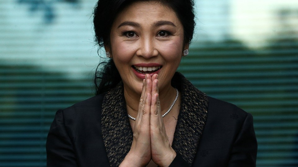 FILE PHOTO: Ousted former Thai prime minister Yingluck Shinawatra greets supporters as she arrives at the Supreme Court in Bangkok Foto: Reuters/Athit Perawongmetha