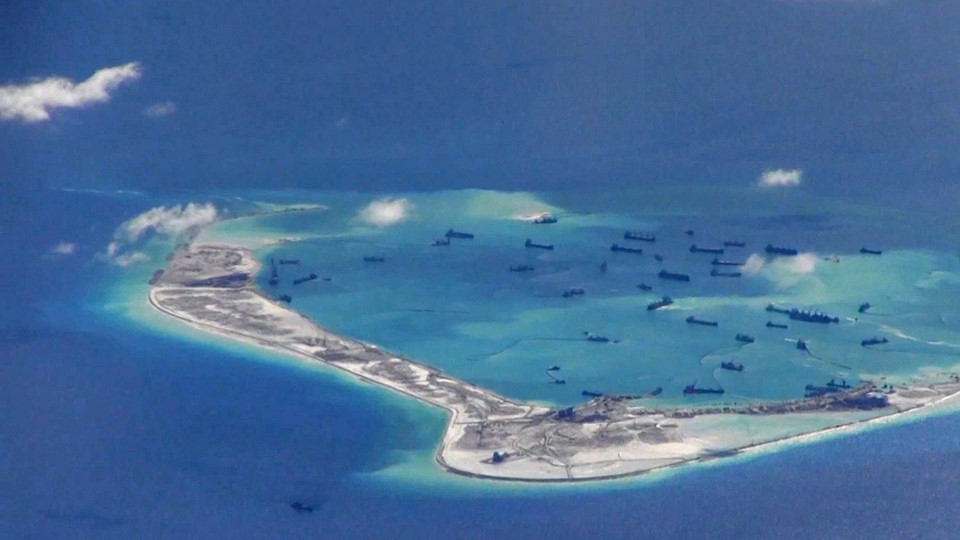 Still image from United States Navy video purportedly shows Chinese dredging vessels in the waters around Mischief Reef in the disputed Spratly Islands Foto: Reuters/Handout