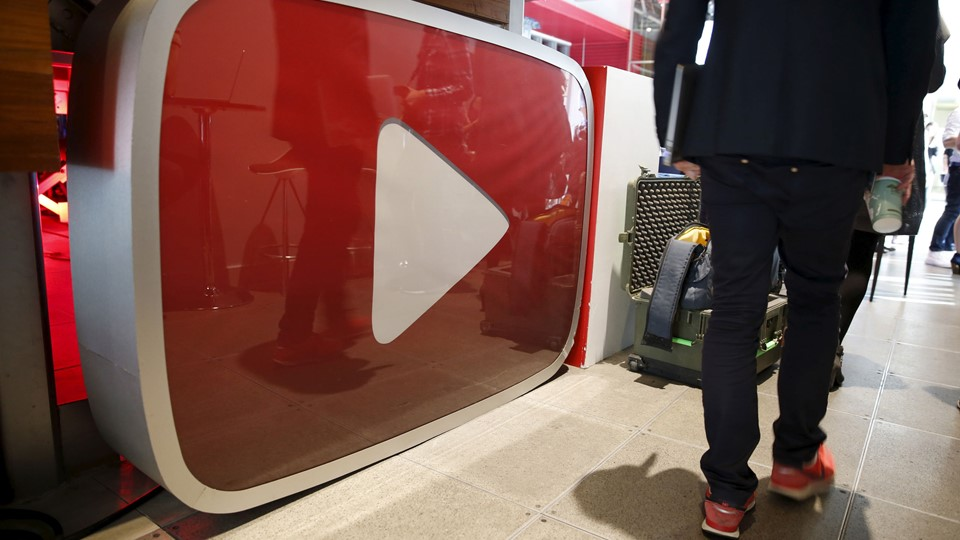 A man walks past a YouTube logo at the YouTube Space LA in Playa Del Rey, Los Angeles Foto: Reuters/Lucy Nicholson