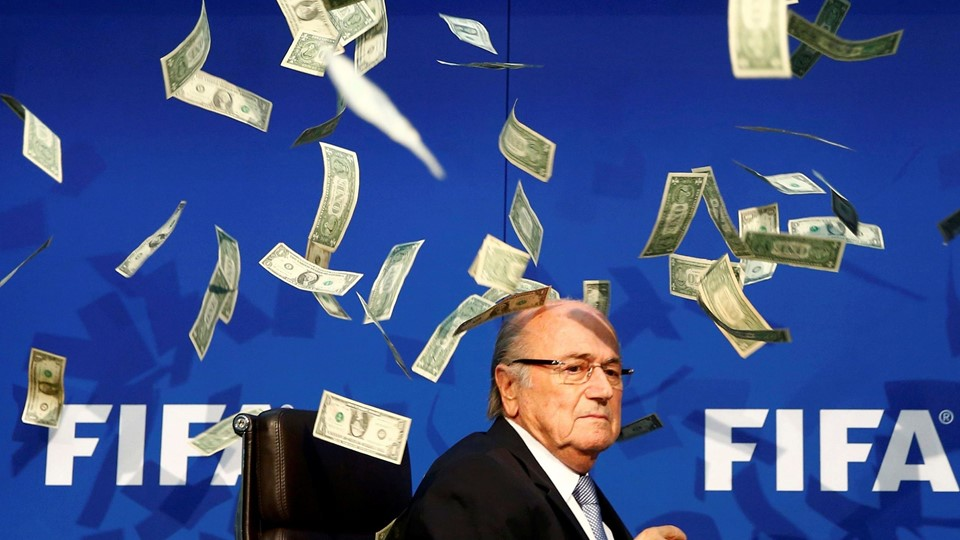Banknotes are thrown at FIFA President Blatter as he arrives for a news conference after the Extraordinary FIFA Executive Committee Meeting at the FIFA headquarters in Zurich Foto: Reuters/Arnd Wiegmann
