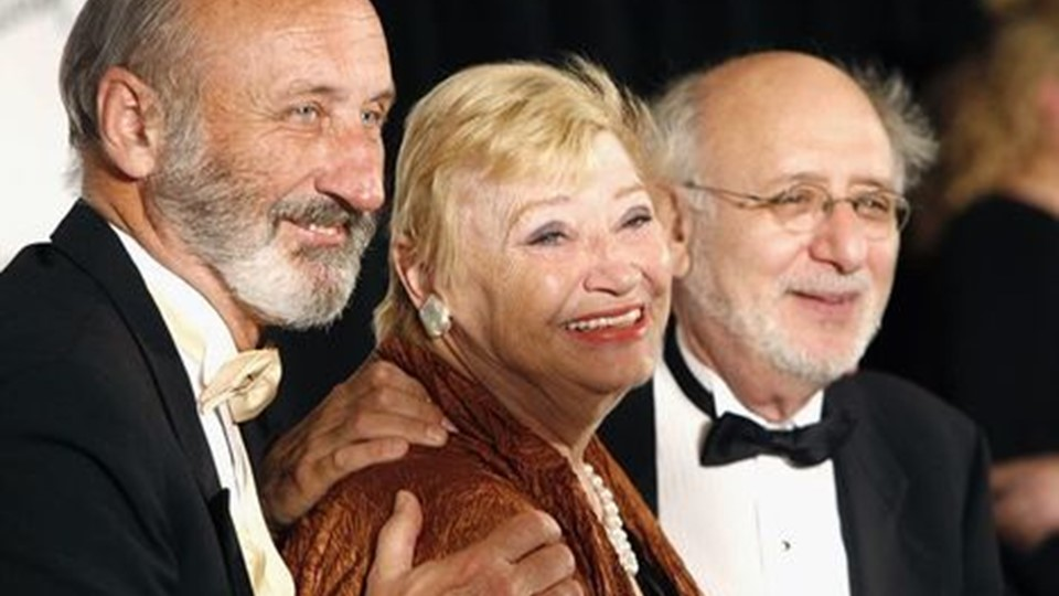 Mary Travers, her mellem Paul Stookey og Peter Yarrow fotograferet i 2006.Foto: Scanpix