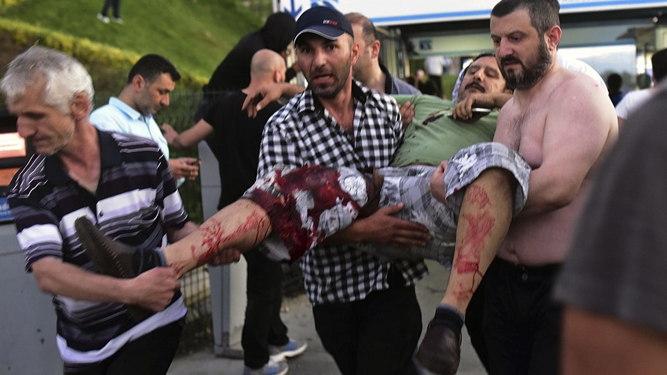 An injured man is carried away during an attempted coup in Istanbul Foto: Reuters/Yagiz Karahan