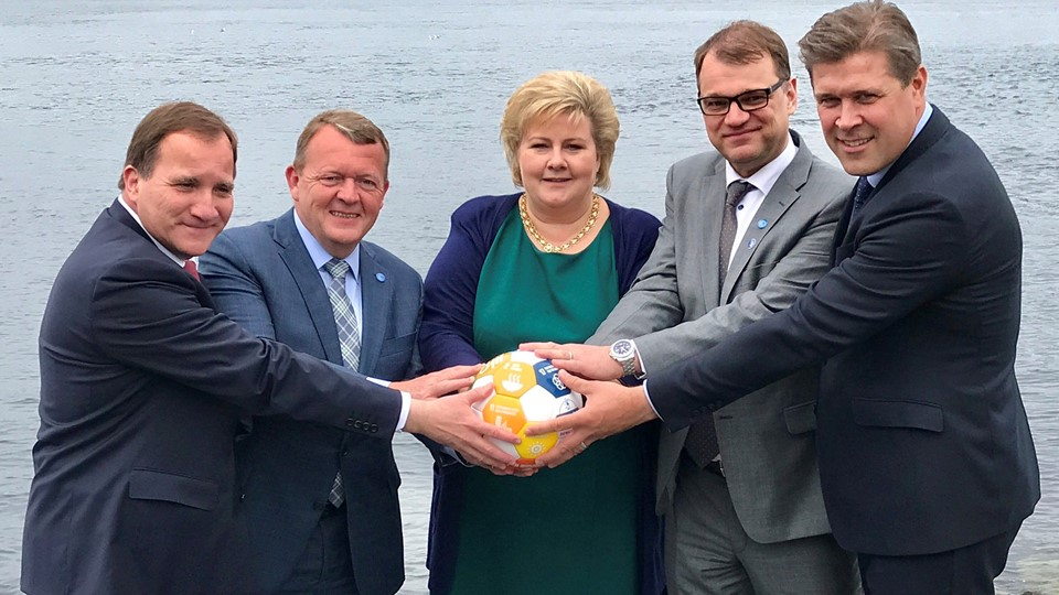 Sweden''s PM Lofven with his counterparts Rasmussen of Denmark, Solberg of Norway, Sipila of Finland and Benediktsson of Iceland hold a soccer ball during their meeting in Bergen Foto: Reuters/Handout