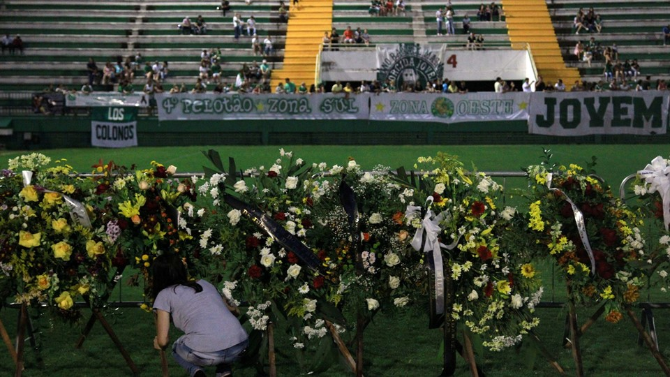 A woman places flowers before a mourning ceremony for victims after a plane carrying Brazil's soccer team Chapecoense crashed in Colombia, at Arena Conda stadium in Chapeco Foto: Reuters/Diego Vara