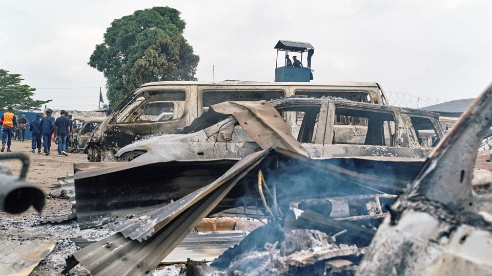 Burned vehicles are seen at the front gate of the Makala prison in Kinshasa Foto: Reuters/Robert Carrubba/arkiv