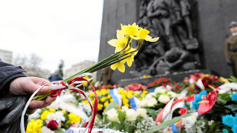 A man lays daffodils as he attends celebrations marking the 74th anniversary of Warsaw Ghetto Uprising near the Ghetto Heroes monument in Warsaw Foto: Reuters/Agencja Gazeta