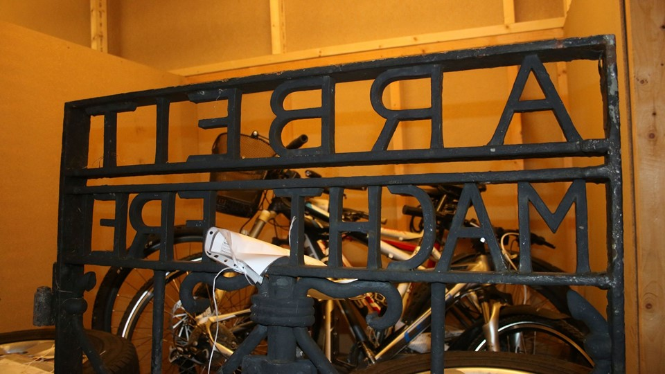 Handout picture shows the iron gate from the Dachau concentration camp bearing the notorious Foto: Reuters/Handout