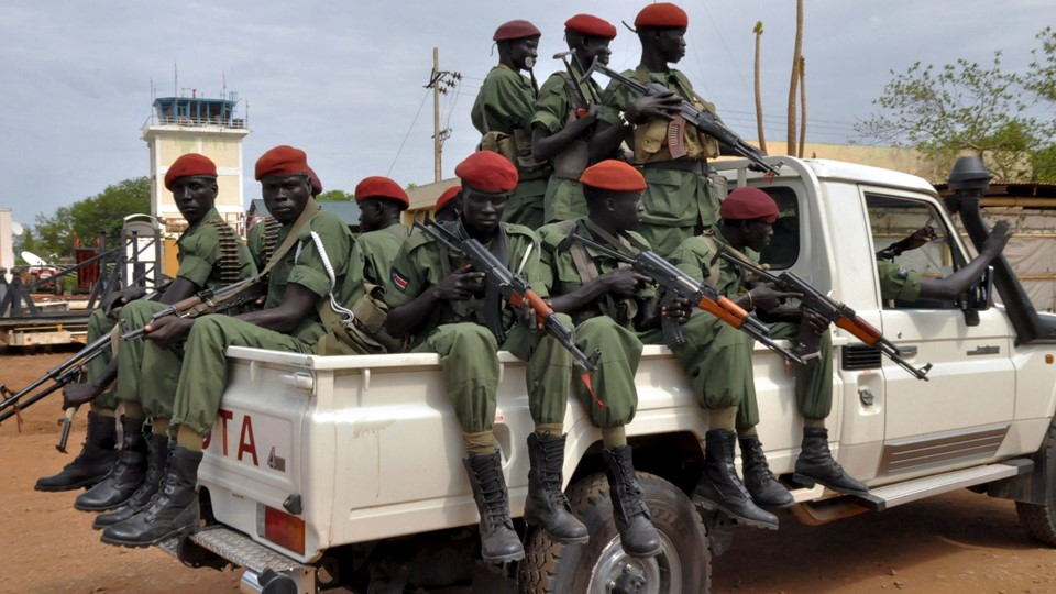 Vaklende våbenhvile i Sydsudan Members of the SPLM/A-In Opposition (IO) forces allied with South Sudan's former rebel leader Machar ride on a pick-up truck as they welcome General Gatwech in Juba Foto: Reuters/Stringer