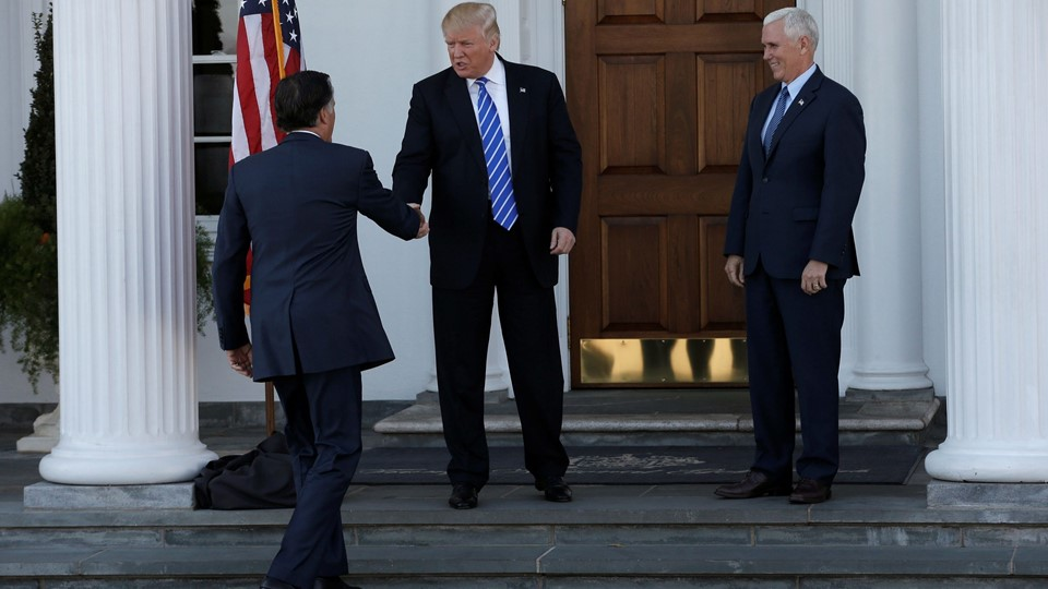 U.S. President-elect Donald Trump and Vice President-elect Mike Pence greet former Massachusetts Governor Mitt Romney as he arrives for their meeting at the the main clubhouse at Trump National Golf Club in Bedminster, Foto: Reuters/Mike Segar