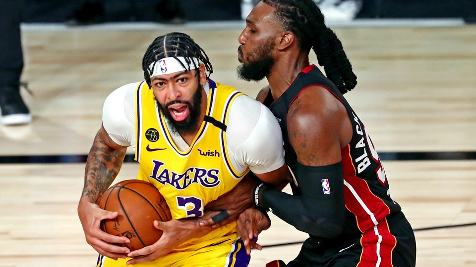 Anthony Davis (3) blev topscorer med 34 point for Los Angeles Lakers i den første finalekamp mod Miami Heat. Til højre er det Jae Crowder fra Miami Heat.