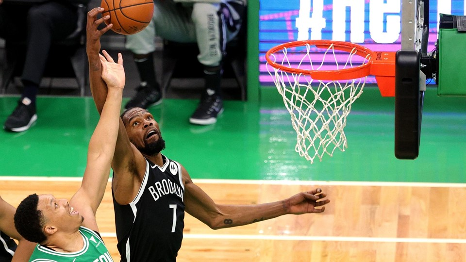 Kevin Durant (i sort trøje) scorede 25 point for Brooklyn Nets i træningskampen mod Boston Celtics.