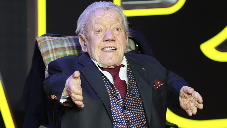 Kenny Baker who plays R2 D2 arrives at the European Premiere of Star Wars, The Force Awakens in Leicester Square, London Foto: Reuters/Paul Hackett