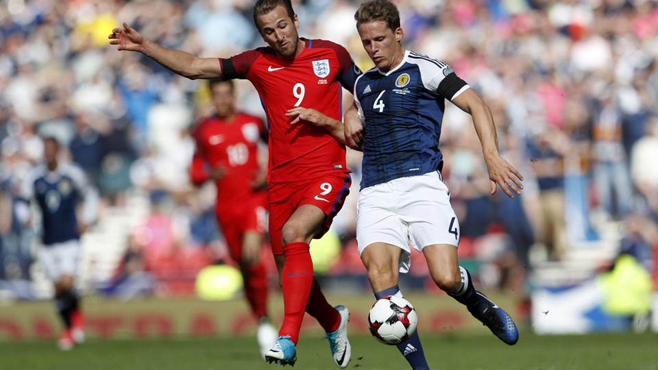 England''s Harry Kane in action with Scotland''s Christophe Berra Foto: Reuters/Lee Smith