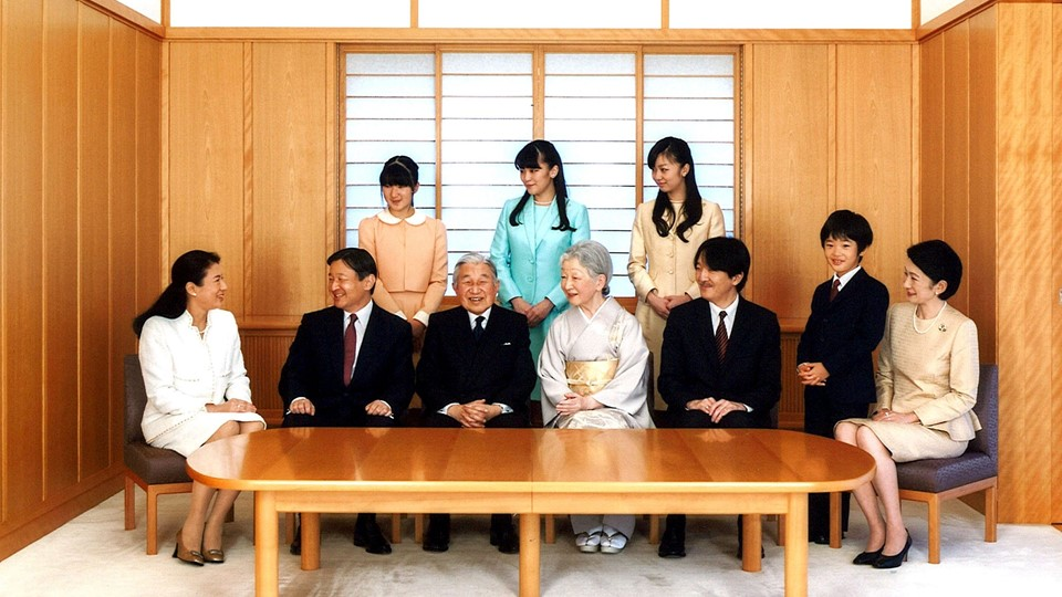 Handout photo of Japan's royal family during a family photo session for the New Year at the Imperial Palace in Tokyo, Kronprins Naruhito, Kronprinsesse Masako, Kejser Akihito, Kejserinde Michiko, Prince Akishino, Prince Hisahito, Kronprins Naruhito, Prince Foto: Reuters/© Handout . / Reuters