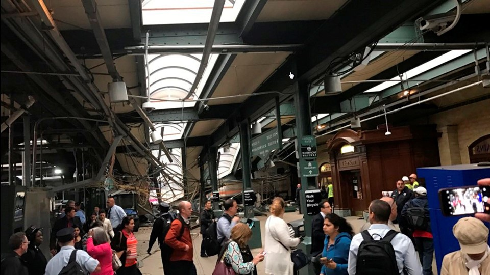 Onlookers view a New Jersey Transit train that derailed and crashed through the station in Hoboken Foto: Reuters/Stringer