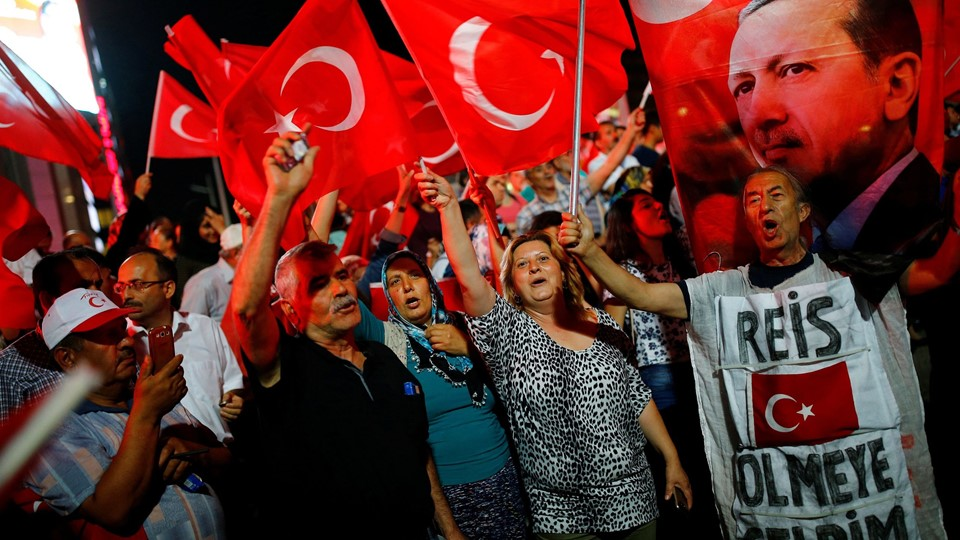 People shout slogans and wave Turkish national flags as they have gathered in solidarity night after night since the July 15 coup attempt in central Ankara Foto: Reuters/Umit Bektas