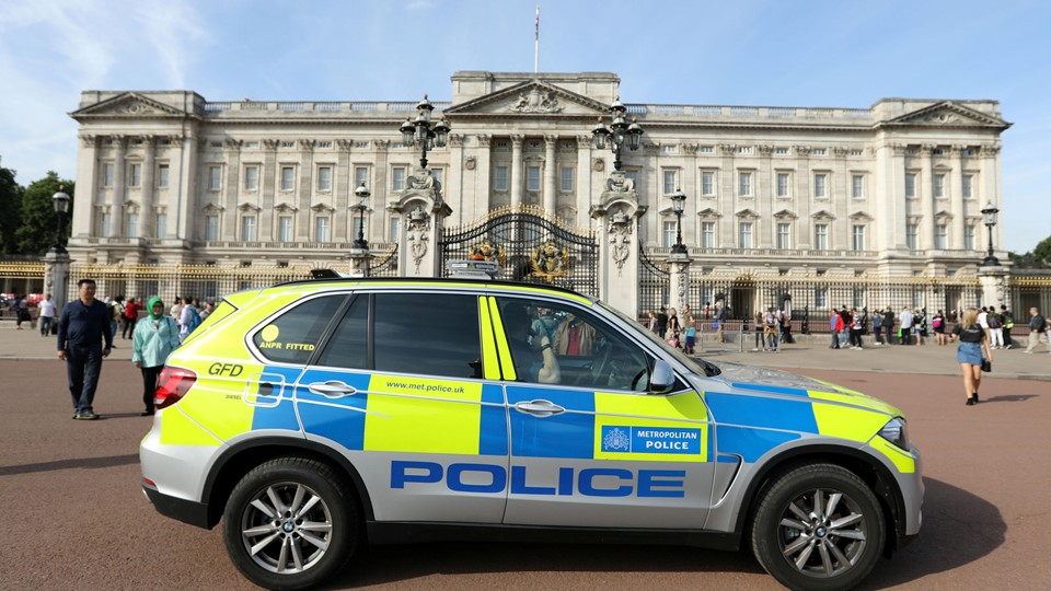 A police vehicle patrols outside Buckingham Palace in London Foto: Reuters/Paul Hackett