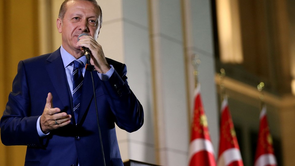 Turkey's President Tayyip Erdogan addresses his supporters in front of the Presidential Palace in Ankara Foto: Reuters/Handout