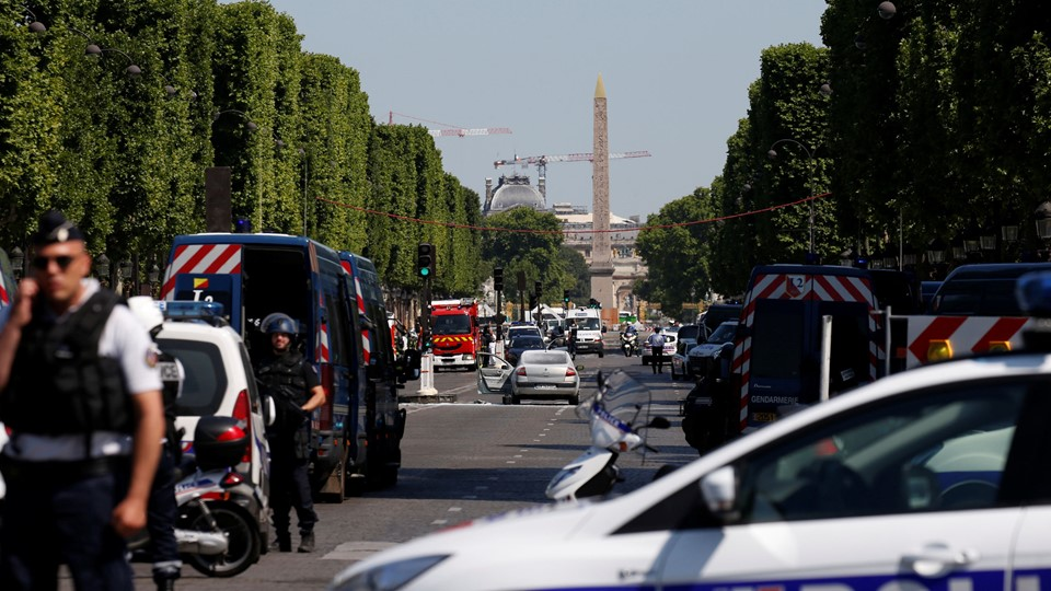 French police secure the area on the Champs Elysees avenue after an incident in Paris Foto: Reuters/Gonzalo Fuentes