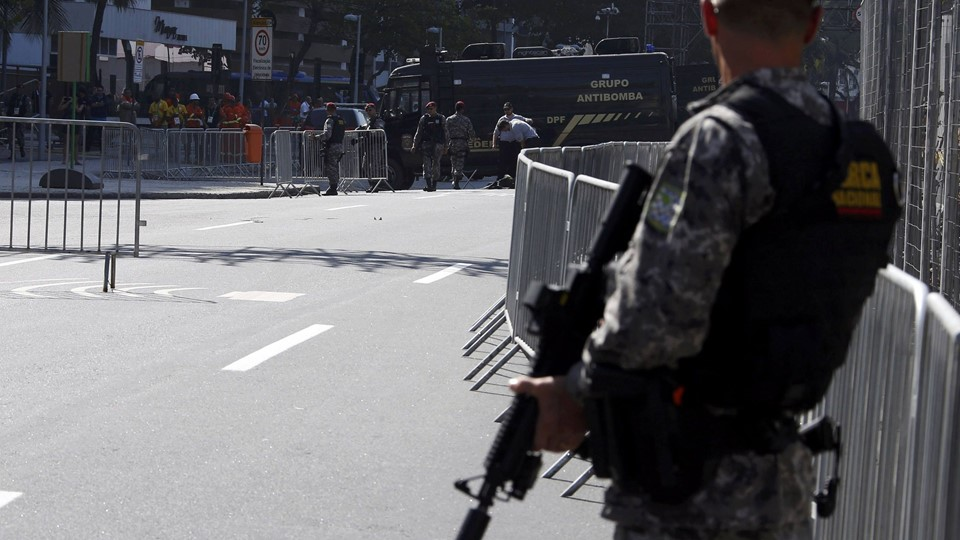 Bomb squad agents control the area near the finishing line of the men's cycling road race at the 2016 Rio Olympics after they made a controlled explosion, in Copacabana, Rio de Janeiro Foto: Reuters/Eric Gaillard