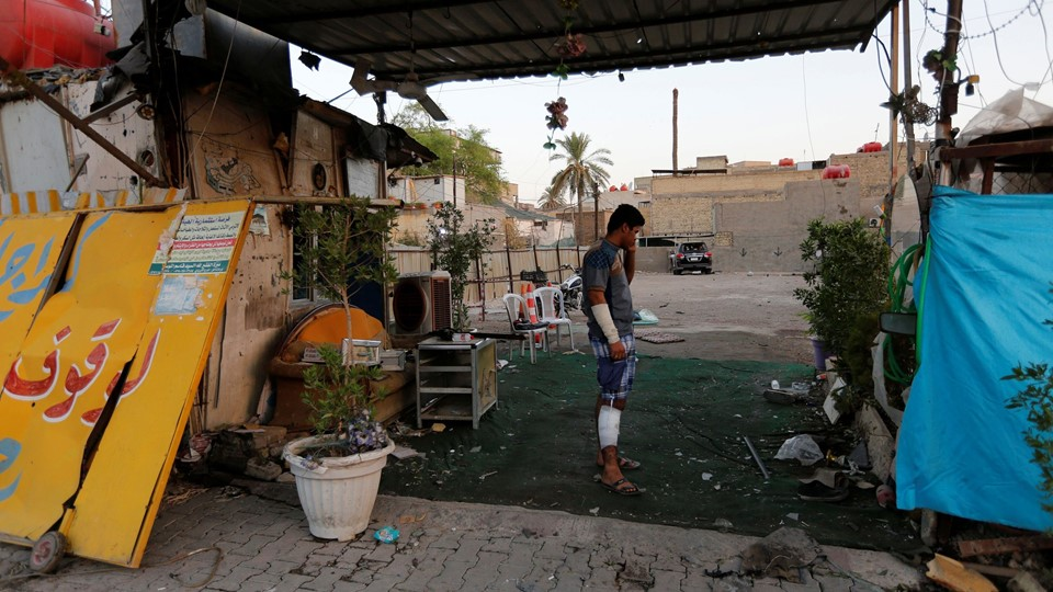 An injured man stands at the site of a car bomb attack in the Karrada district in Baghdad Foto: Reuters/Ahmed Saad