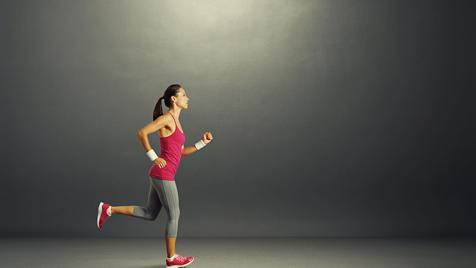 young beautiful sportswoman running in the dark room Foto: Free/Colourbox