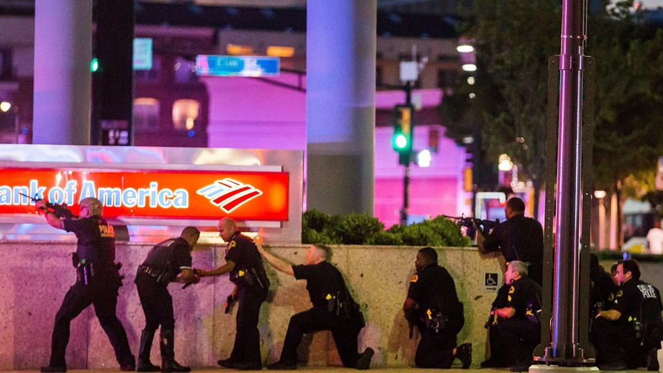 Dallas Police respond after shots were fired at a Black Lives Matter rally in downtown Dallas Foto: Reuters/Handout