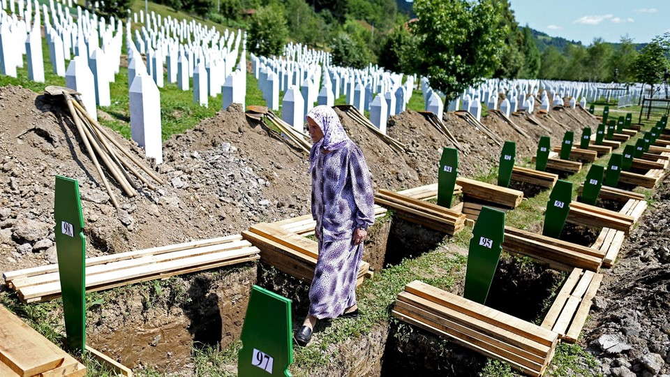 Woman searches grave of relative among 136 newly identified victims of 1995 Srebrenica massacre lined up for joint burial in Potocari, Bosnia and Herzegovinain Memorial center Potocari Foto: Reuters/Dado Ruvic