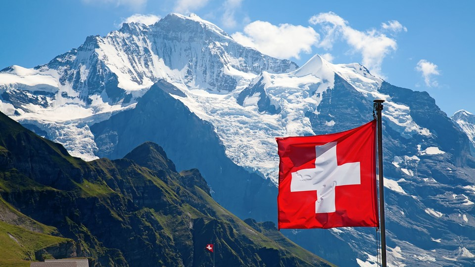 Swiss flag on the top of Mannlichen (Jungfrau region, Bern, Switzerland) Foto: Free/Colourbox