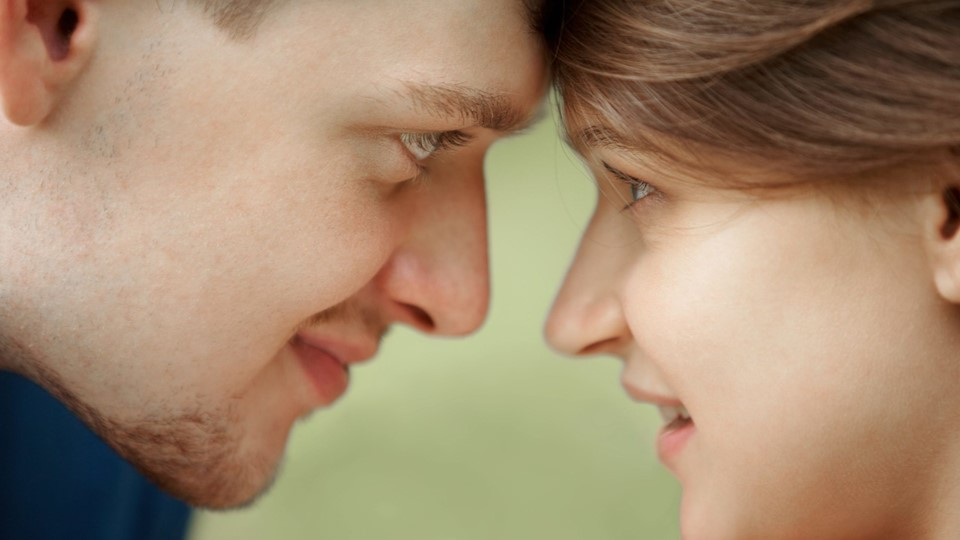 Close-up of two young people's faces looking at each other Foto: free/