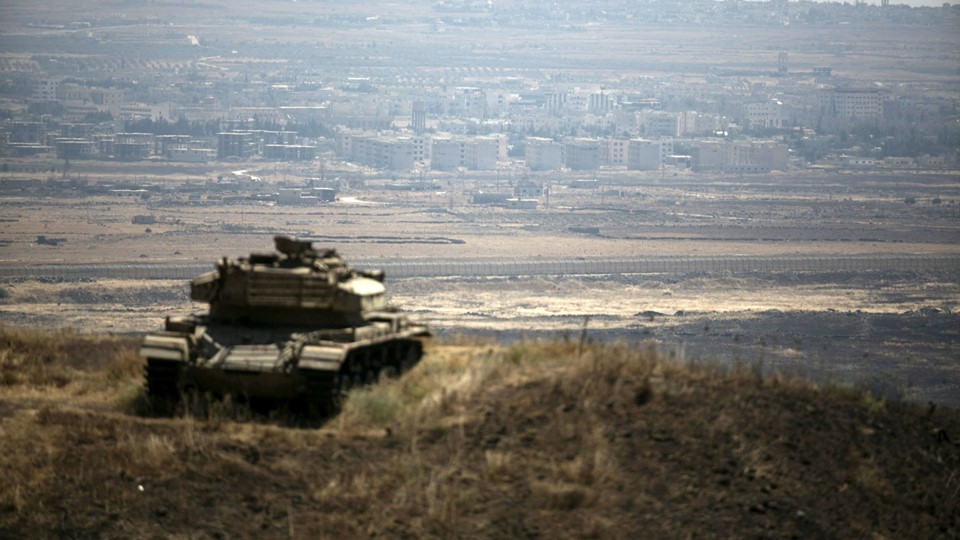 The Syrian area of Quneitra is seen in the background as an out-of-commission Israeli tank parks on a hill, near the ceasefire line between Israel and Syria, in the Israeli-occupied Golan Heights Foto: Reuters/Baz Ratner