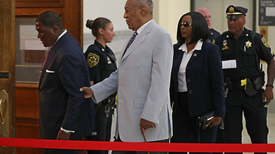 Bill Cosby is helped by an aide as he returns into Courtroom A in the Montgomery County Courthouse in Norristown Foto: Reuters/Pool