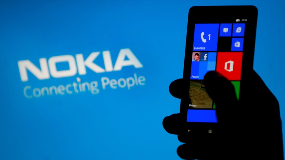 A woman poses with a Nokia Lumia smartphone in this photo illustration Foto: Reuters/Dado Ruvic
