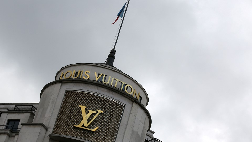 FILE PHOTO: The logo of French luxury group Louis Vuitton is seen at a store in Paris Foto: Reuters/© Jacky Naegelen / Reuters