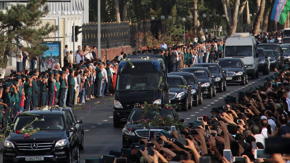 People stand along a road to pay the tribute to the memory of Uzbek late President Islam Karimov in Tashkent Foto: Reuters/Stringer / Scanpix