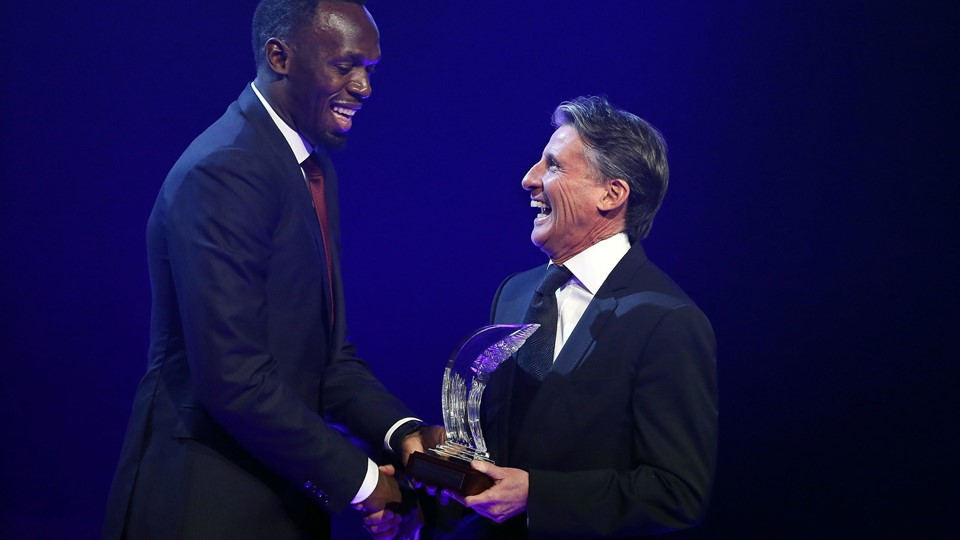 Usain Bolt of Jamaica receives the Male World Athlete of the Year Award 2016 from IAAF's President Sebastian Coe in Monaco Foto: Reuters/Eric Gaillard