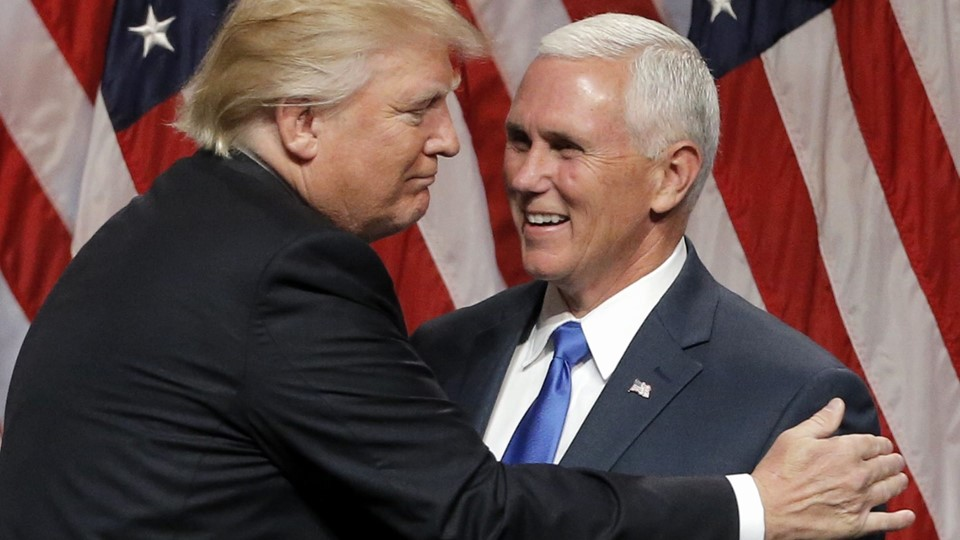 Republican U.S.presidential candidate Trump EMBRACES Indiana Governor Pence at news conference in New York City Foto: Reuters/Brendan Mcdermid