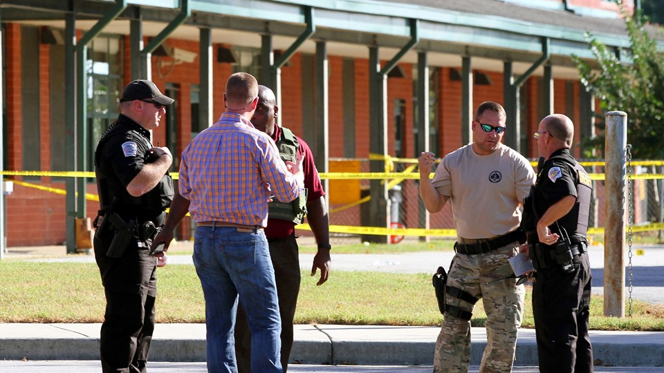 Anderson County sheriff's deputies and investigators gather outside of Townville Elementary School after a shooting in Townville Foto: Reuters/Stringer