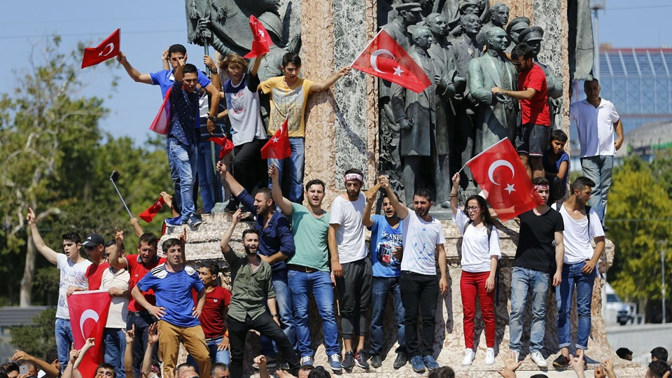 People wave Turkish flags as they stand at the Republic Monument in Taksim Square in Istanbul Foto: Reuters/Murad Sezer