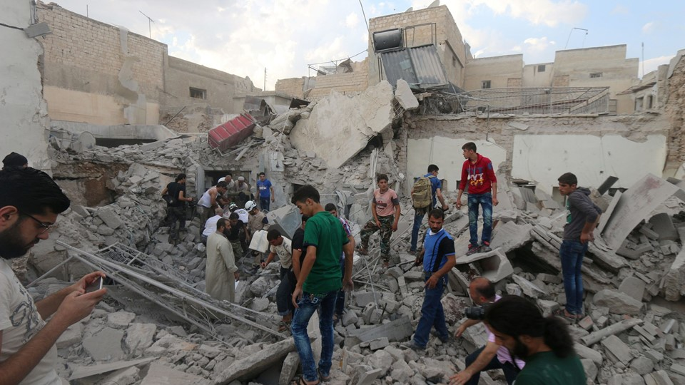Men look for survivors under the rubble of a damaged building after an airstrike on Aleppo's rebel held Kadi Askar area Foto: Reuters/Abdalrhman Ismail