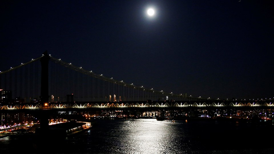 A full moon is seen over the Manhattan Bridge during the eve of the Foto: Reuters/Eduardo Munoz