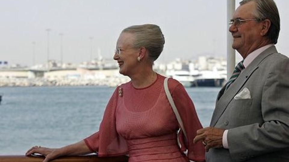 Queen Margrethe II and Prince Consort Henrik of Denmark look at the Saronic Gulf from the bridge of the Danish Royal yacht Dannebrog 25 May 2006, in Athens. The Queen Margrethe II and Prince Consort Henrik of Denmark arrived here 24 May for a three-day visit to Greece at the invitation of Greek President Karolos Papoulias. AFP PHOTO / ARIS MESSINIS. (Foto: ARIS MESSINIS/Scanpix 2006)
